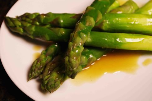 Steamed asparagus with vinaigrette